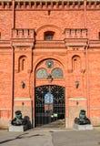 Vieux canons et la porte du musée de l'artillerie Image libre de droits