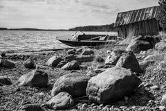 Vieux canot automobile de pêche sur la côte de lac Photos libres de droits