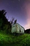 Vieux carage de train à la lumière de voies de garage peinte Photos stock