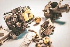Vieux carburateur et outils de moto sur la table en bois Soyez prepa photo libre de droits