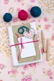 Vieux carnet pour des notes d'amour et des boules lumineuses de fil Photographie stock libre de droits