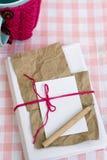 Vieux carnet pour des notes d'amour et et une tasse dans un chandail Photo libre de droits