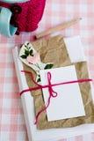 Vieux carnet pour des notes d'amour et et une tasse dans un chandail Image stock