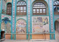 Vieux carrelage d'ol-Molk de Takieh Mo'aven de mosquée avec des wariors persans Photographie stock libre de droits
