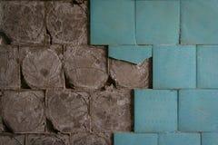 Vieux carrelages en céramique tombant  images stock