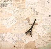 Vieux cartes postales et Tour Eiffel français de souvenir Photos libres de droits
