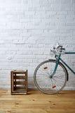 Vieux cas de roadbike et de vin Image stock