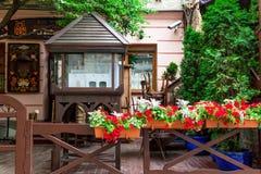Vieux casiers décorés des fleurs Image libre de droits