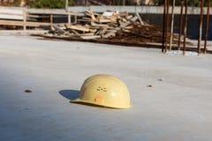 Vieux casque sale seul oublié de construction Photo libre de droits