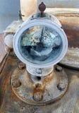 Vieux cassé autour du mètre a monté sur un vieux moteur industriel abandonné rouillé avec des boulons photo libre de droits