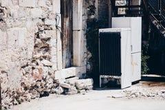 Vieux, cassés réfrigérateurs dans la cour d'une vieille maison ruinée Image stock