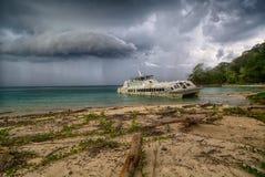 Vieux catamaran échoué image libre de droits