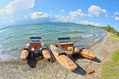 Vieux catamaran sur le rivage photos libres de droits