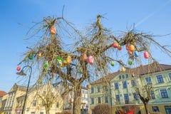 Vieux centre de la ville et arbre d'oeufs chez la Lettonie photos stock