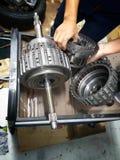Vieux centre de service des réparations de voiture de pièces de rechange de voiture photo stock