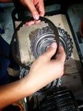 Vieux centre de service des réparations de voiture de pièces de rechange de voiture photos stock