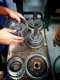 Vieux centre de service des réparations de voiture de pièces de rechange de voiture image stock