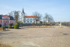 Vieux centre et église de la ville chez Saldus, Lettonie photographie stock libre de droits