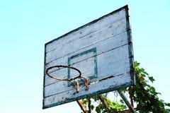 Vieux cercle de basket-ball avec des vignes Photo stock