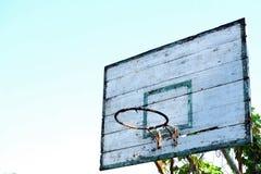 Vieux cercle de basket-ball avec le fond de ciel bleu Photo stock