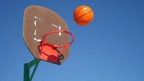 Vieux cercle de basket-ball, sport de jet de basket-ball de rue la boule dans le panier Image libre de droits