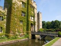 Vieux château anglais avec une passerelle au-dessus d'un fossé Photos libres de droits