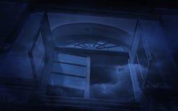 Vieux château antique de fenêtre avec de la fumée, fond fantasmagorique, Hallowe Photo stock