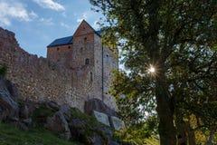Vieux château avec l'arbre et soleil sur des îles d'Aland Image stock