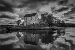 Vieux château avec le lac et la réflexion, noirs et blancs Images stock