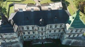 Vieux château couvert vert en Europe de l'Est clips vidéos