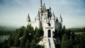 Vieux château de conte de fées sur la colline Silhouette d'homme se recroquevillant d'affaires Animation 4K réaliste banque de vidéos
