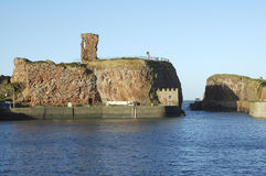 Vieux château de Dunbar et entrée de port Image libre de droits