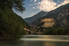 Vieux château en pierre d'Aosta avec la rivière en Italie du nord images libres de droits