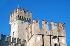 Vieux château médiéval mur et détail enrichis de tour Photo stock