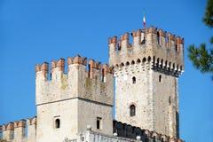Vieux château médiéval mur et détail enrichis de tour Photographie stock libre de droits