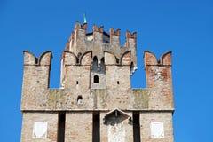 Vieux château médiéval mur et détail enrichis de tour Images stock