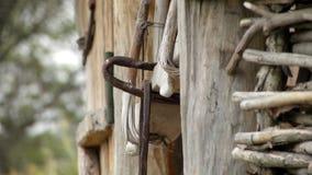 Vieux château sur une porte en bois banque de vidéos
