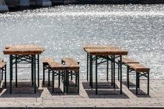 vieux chaises de vintage de jardin public de bière et bancs de siège, tables a photographie stock libre de droits
