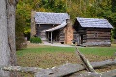 Vieux Chambre de ferme de rondin et bâtiment d'utilité dans la vallée Image libre de droits