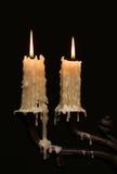 Vieux chandelier brûlant de bronze d'argent de vintage de bougie Fond noir d'isolement image stock