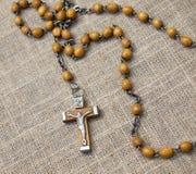 Vieux chapelet avec les perles en bois, 2 Photos libres de droits