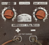 Vieux chargeur de batterie pour le véhicule Photographie stock