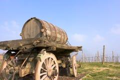 Vieux chariot avec le baril de vin Image libre de droits