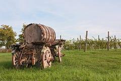 Vieux chariot avec le baril de vin Photographie stock