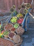 Vieux chariot avec le beaucoup de fruits et légumes images libres de droits