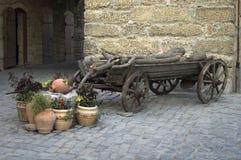 Vieux chariot avec le bois de chauffage Image stock