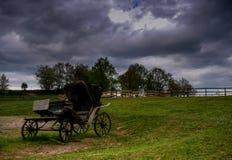 Vieux chariot avec un ciel dramatique photographie stock libre de droits