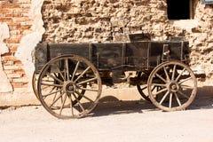Vieux chariot couvert à l'extérieur du bâtiment occidental Image stock