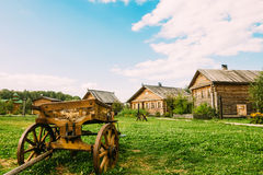 Vieux chariot dans la campagne près des huttes photo stock
