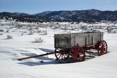 Vieux chariot dans la neige photographie stock